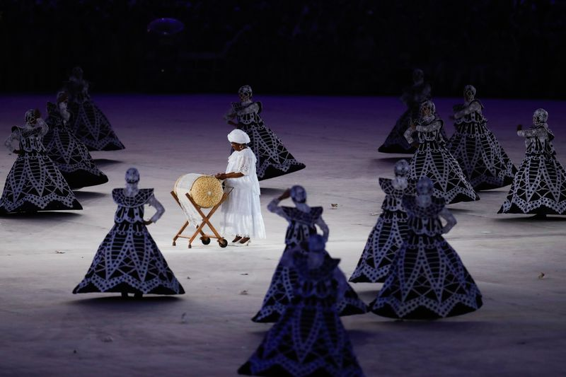 Bobbin lacemaker in a tribute to craft during the Rio 2016 Olympics closing ceremony © Fernando Frazão/Agência Brasil